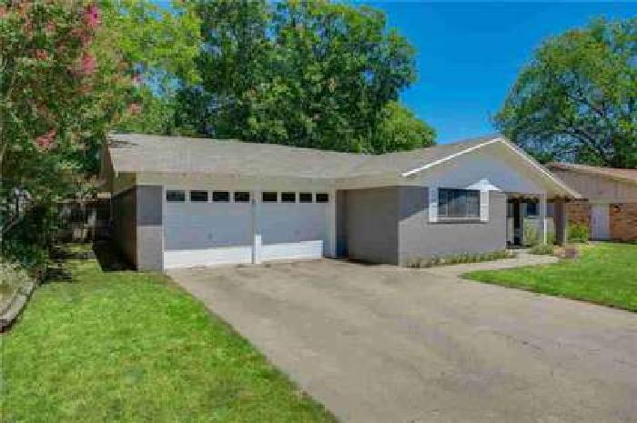 1020 W Creek Drive Hurst Three BR, A wonderful home to settle