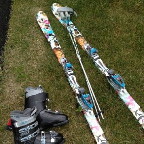 $150 OBO Women's Brand New Roxy Skis, Bindings and Boots Size 9