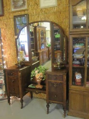 160 vintage vanity dresser w mirror for sale in colonial beach virginia classified. Black Bedroom Furniture Sets. Home Design Ideas