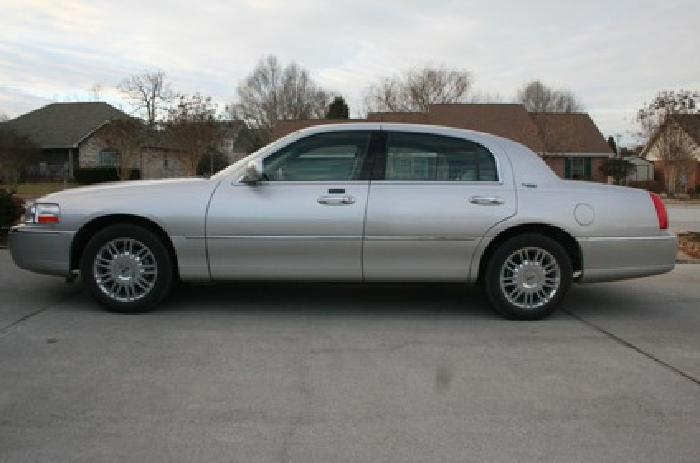 $18,500 2008 Lincoln Town car Low Miles Exceptional Condition