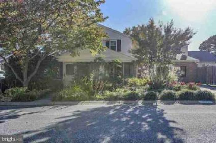 200 S Gray Ave Wilmington, Spacious Home on a Great Corner