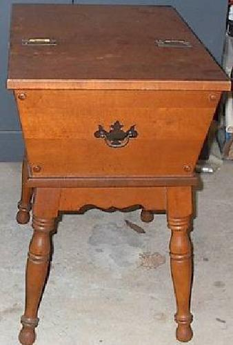 35 Early American Style Hinged Top Side Table For Sale In