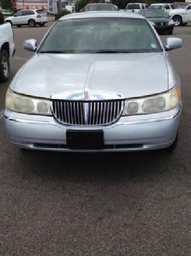 $3,700 OBO 2000 Lincoln Towncar 110K