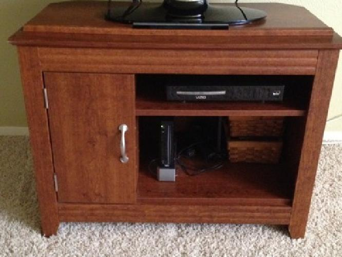 40 OBO Sauder TV Stand Excellent Condition For Sale In Dallas Texas Class