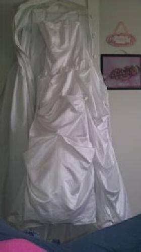 $600 New White beautiful wedding dress (SIZE 6)