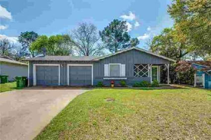733 Oak Drive Hurst, Charming home in established