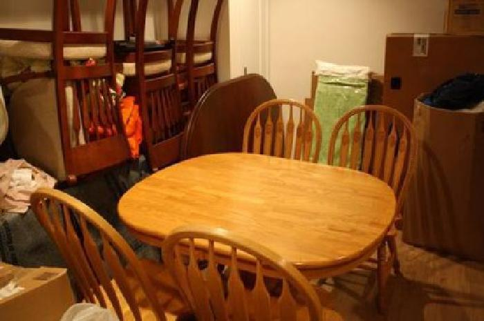 $750 Red Oak Dining Table with Matching Chairs (4)