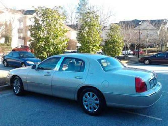 $9,900 2004 Lincoln Towncar Limited