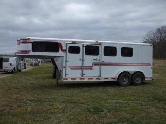 in .2000 Starlite 3 Horse Trailer Gooseneck